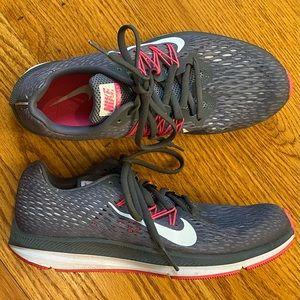 EUC Nike Air Zoom Winflo 5 Sneaker, Gray